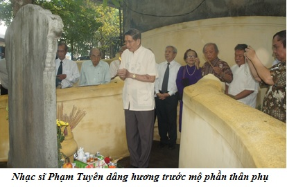 Pham Tuyen dang huong truoc mo Pham Quynh